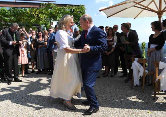 Le jour de son mariage, la ministre autrichienne des affaires étrangères,Karin Kneissl, danse avec Vladimir Poutine, le 18 août à Gamlitz.