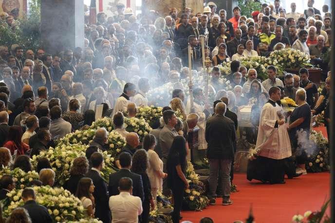 Les funérailles solennelles des morts dans l'effondrement du pont de Gênes, dans un hall du centre d'exposition de Gênes, le 18 août 2018.