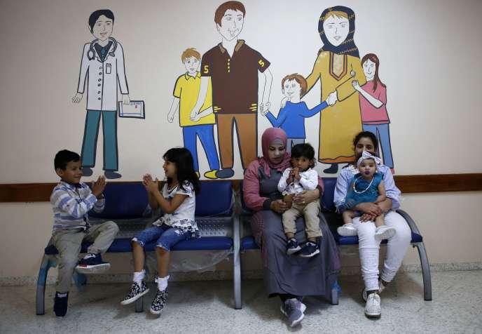 Salle d'attente de la clinique de l'agence des Nations unies pour les réfugiés palestiniens à Hébron (Cisjordanie), le 9 août.
