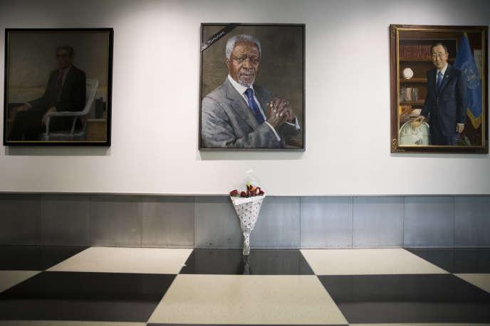 Un ruban noir et un bouquet de fleurs ornent le portrait de Kofi Annan au siège des Nations unis, samedi 18 août.