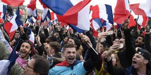 Célébration de la victoire d'Emmanuel Macron à l'élection présidentielle, le 7 mai 2017, devant la pyramide du Louvre, à Paris.