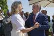 Le président russe Vladimir Poutine valse avec la ministre des affaires étrangères autrichienne, Karin Kneissl, lors du mariage de cette dernière, le 18 août à Gamlitz, dans les environs de Graz.