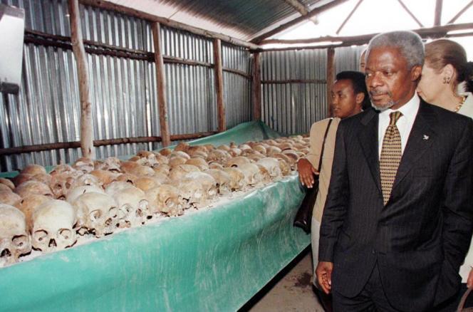 Kofi Annan auCentre du mémorial du génocide de Mulire (Rwanda), en mai 1998.