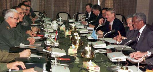 Rencontre entre la délégation des Nations unies menée par Kofi Annan et les représentants du gouvernement irakien, à Bagdad, le 21 février 1998.