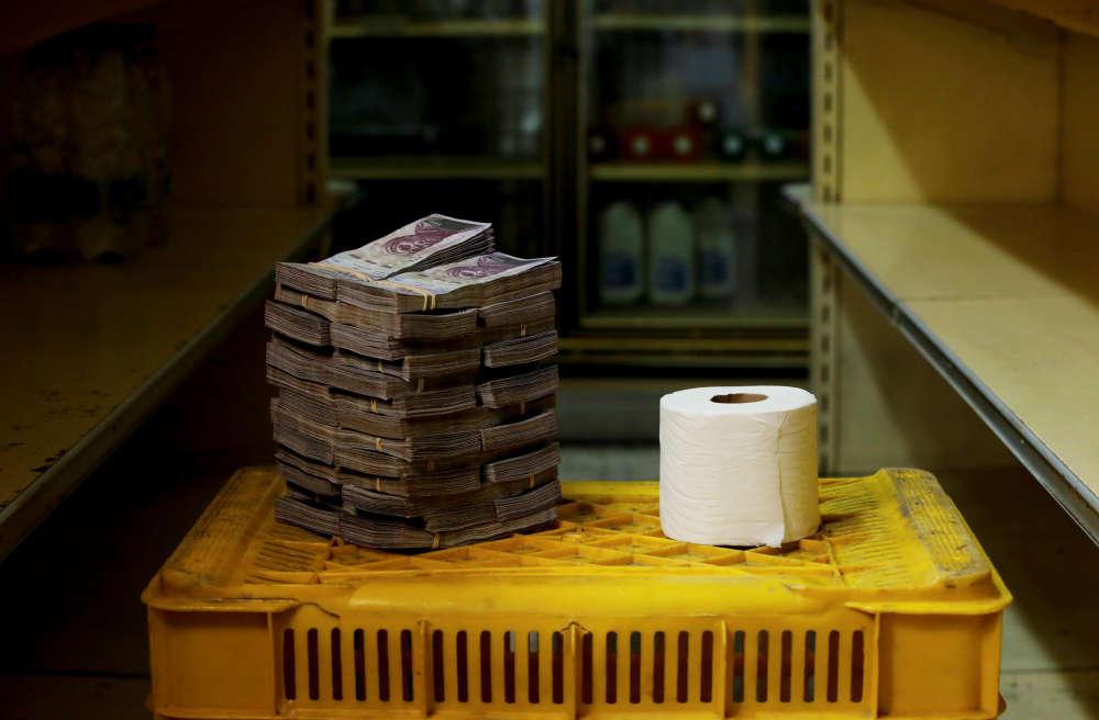 Un rouleau de papier toilette coûte 2600000bolivars (environ 0,40dollar américain).