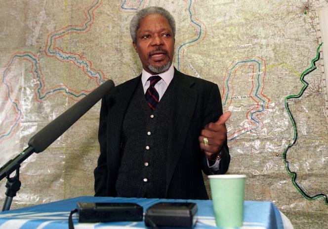Kofi Annan lors d'une conférence de presse à Tuzla (Bosnie-Herzégovine), en février 1996.