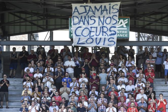 Une banderolle en hommage à Louis Fajfrowski, lors d'un match entre Aurillac et Oyonnax, le 19 août. Le joueur d'Aurillac est décédé le 10 août suite à un placage.