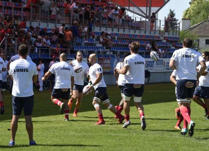 Les joueurs d'Aurillac ont rendu hommage à leur coéquipier mort lors d'un match de préparation.
