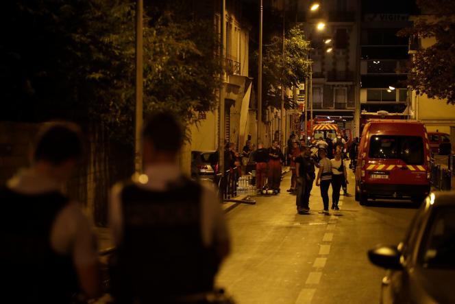 Des policiers bloquent l'accès à la rue où un incendie s'est déclaré un peu plus tôt le 19août à Aubervilliers.