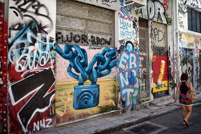 Boutiques fermées en raison de la crise économique dans le centre d'Athènes, le 10août.
