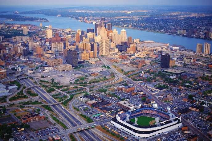 Vue aérienne de Detroit. Au premier plan, le Tiger Stadium, le stade de baseball, sur Michigan Avenue. Au fond, le lac Saint Clair et le Canada.