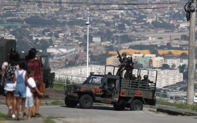 Des soldats de l'armée brésilienne en patrouille lors de l'opération menée dans les favelas de Rio de Janeiro, le 20 août 2018.