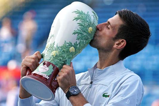 Tennis: Djokovic s'offre un titre historique face à Federer