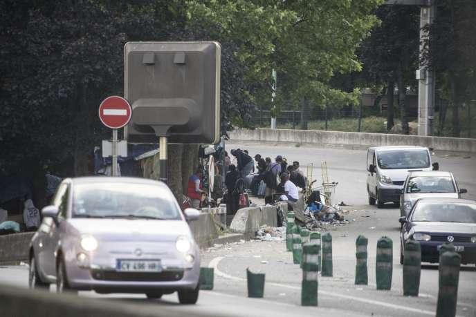 Porte d'Aubervilliers, à Paris, des consommateurs et des dealers de crack squattent la bretelle d'accès à l'autoroute A1, en face d'une station service.