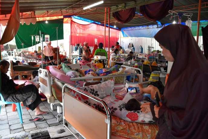 Des victimes des secousses sismiques dans l'hôpital de fortune installé à Mataram sur l'île indonésienne de Lombok, le 20août.