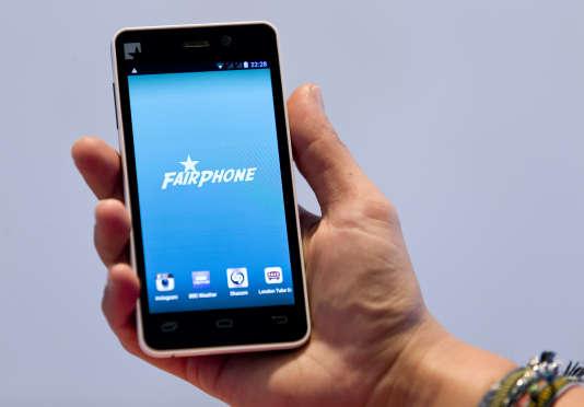 Un prototype de smartphone Fairphone dévoilé à Londres, en septembre 2013.
