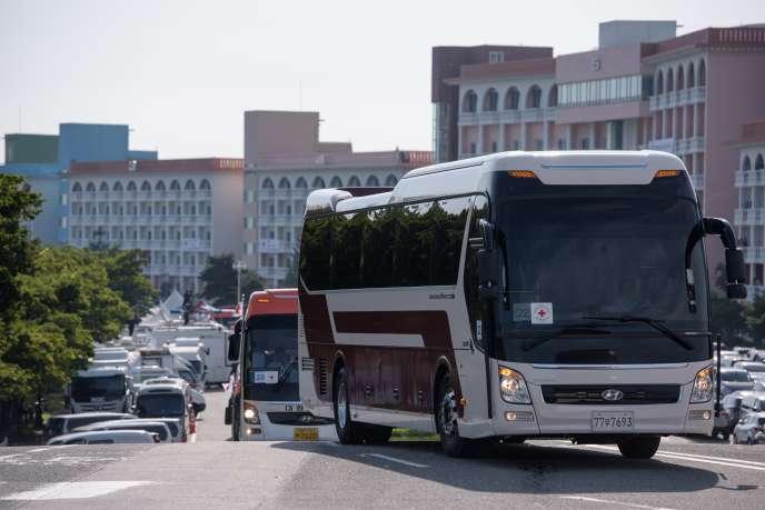 Le convoi d'autocars transportant des Sud-Coréens en direction de la Corée du Nord, le 20 août à Sokcho.