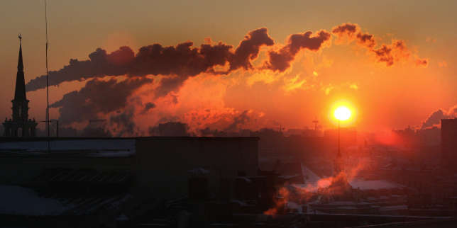 The sun rises over Moscow as steam comes out of the chimneys of the city's power plants, 17 January 2006. Two people froze to death in Moscow, officials said, as Arctic cold from Siberia descended on western Russia, sending night-time temperatures to as low as minus 36 C (minus 33 F) and prompting warnings of power cuts to some businesses. AFP PHOTO / MLADEN ANTONOV / AFP PHOTO / MLADEN ANTONOV
