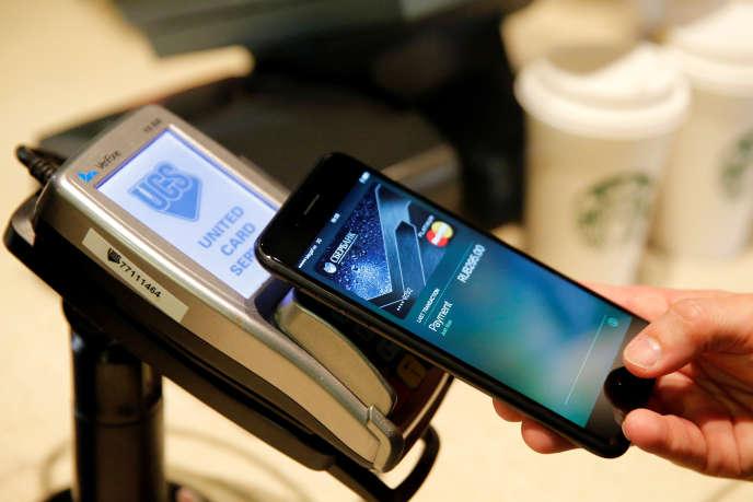 Apple Pay permet de régler ses achats en apposant un iPhone de dernière génération sur le terminal de paiement d'un commerçant.