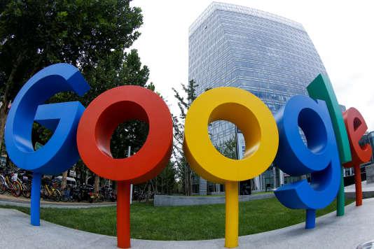 Le logo Google devant les bureaux de la société, à Pékin, le 8 août.