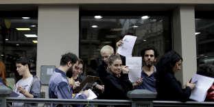 Des Argentins font la queue pour remplir un formulaire de renoncement à l'Eglise catholique (apostasie), à Buenos Aires, le 18 août.