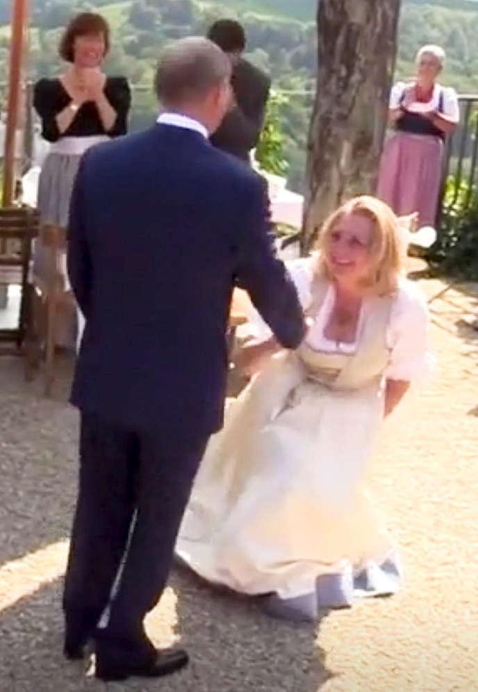 Le président russe Vladimir Poutine et laministre des affaires étrangères autrichienne, Karin Kneissl, lors du mariage de cette dernière, le 18 août à Gamlitz, dans les environs de Graz.