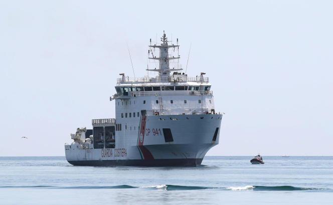 Le «Diciotti», navire des gardes-côtes italiens, transporte des migrants vers le port sicilien de Trapani, le 12 juillet.