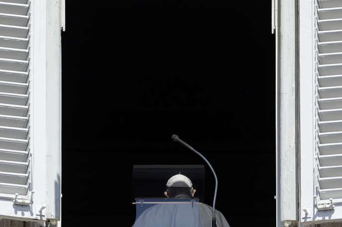 Le pape François quitte son balcon du Vatican après l'Angélus du 19 août.