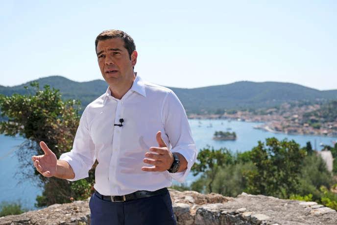 Le premier ministre grec, Alexis Tsipras, a prononcé son discours en surplomb du port de l'île d'Ithaque.