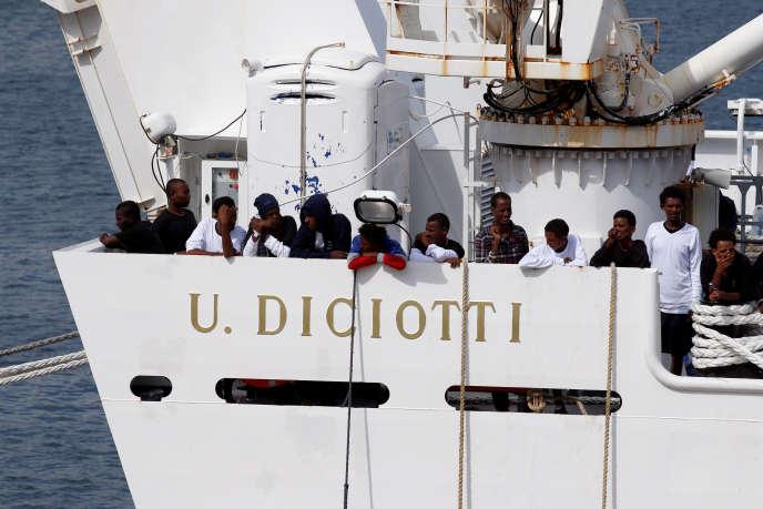 Des migrants à bord du garde-côtes « Diciotti», à Catane, le 21 août.