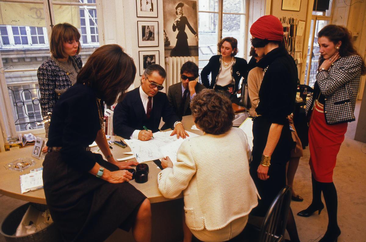 Karl Lagerfeld au siège de Chanel, rue Cambon, le 5 mars 1984, dessinant la collection haute couture automne-hiver.