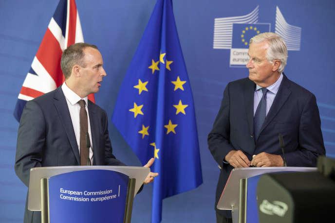 Dominic Raab, négociateur du gouvernement britannique, et Michel Barnier, celui de l'Union européenne, à Bruxelles, le 21août.