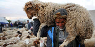 Traditionnellement, c'est le chef de famille qui accomplissait le sacrifice de l'animal, mais pour des raisons sanitaires et de bien-être animal, l'abattage rituel a été progressivement encadré, et est désormais interdit en dehors des abattoirs.