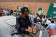 Un officier de police surveille la préparation des élections législatives, à Karachi, le 24 juillet.
