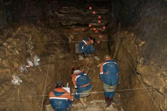 Fouilles dans la grotte de Denisova (Altaï, Russie).