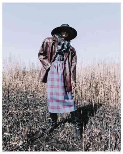 Chapeau en feutre et satin, veste en cuir, blouse en soie, jupe en laine, bottes en cuir, Marc Jacobs. Ceinture en cuir, Philosophy di Lorenzo Serafini.