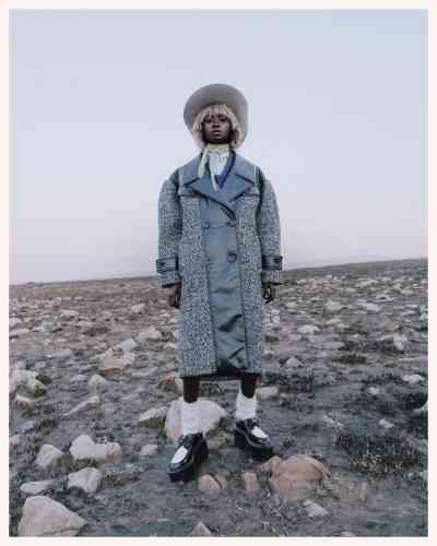 Chapeau en velours, Les Mauvais Garçons. Collier en argent, Ambush. Foulard en soie, manteau en cuir et tweed, pull en mohair, chemise en popeline de coton et chaussettes en mohair, Miu Miu. Chaussures en cuir, Clergerie.