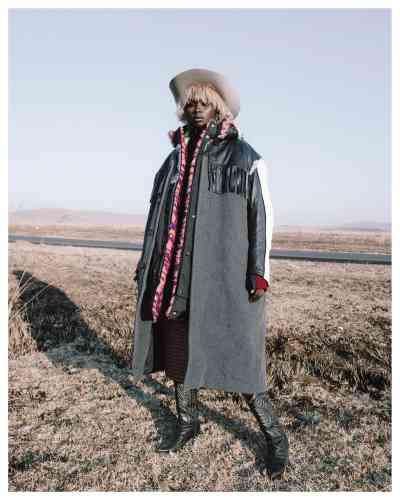 Chapeau en velours et bottes en cuir, Les Mauvais Garçons. Boucle d'oreille, manteaux et pull en laine, jupe en laine et nylon, Balenciaga.