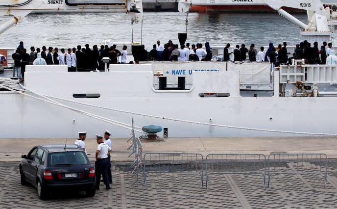 Le « Diciotti », patrouilleur des gardes-côtes italiens, et ses passagers, à Catane, le 21 août.