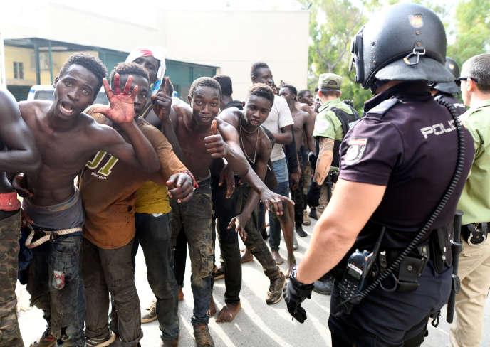 200 migrants venus d'Afrique ont traversé la frontière entre l'Espagne et le Maroc, à Ceuta, le 22 août.