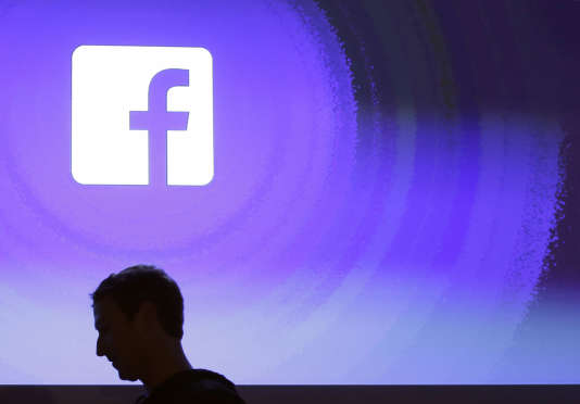 Mark Zuckerberg en contrejour dans les locaux de Facebook, à Mento Mark, en Californie.