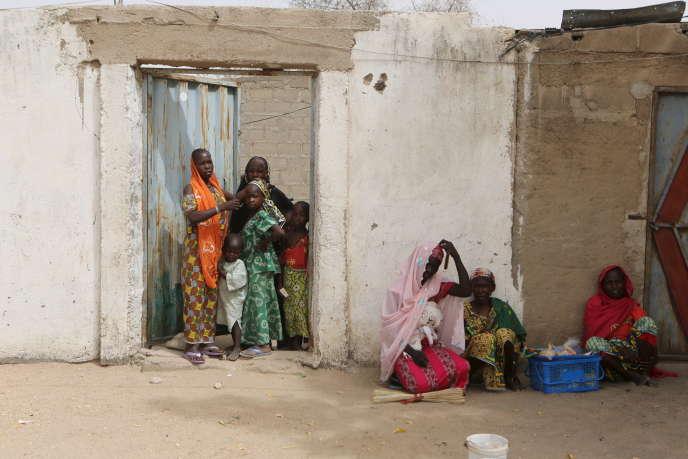 Des femmes observent le passage d'une patrouille de militaires à Kerawa, dans le nord du Cameroun, en mars 2016.