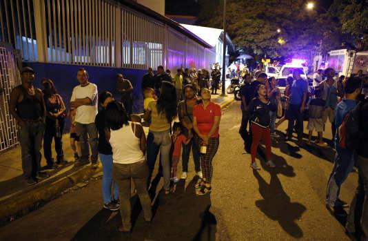 Des habitants d'un gratte-ciel de Caracas attendent à l'extérieur après le puissant séisme qui a frappé le pays le 21 août.