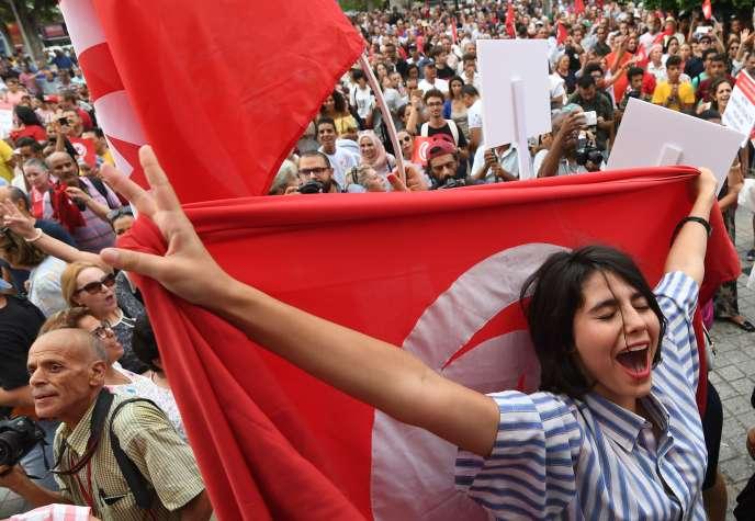Des femmes tunisiennes manifestent au centre de Tunis, lundi 13août, en faveur de l'égalité homme-femme devant l'héritage.