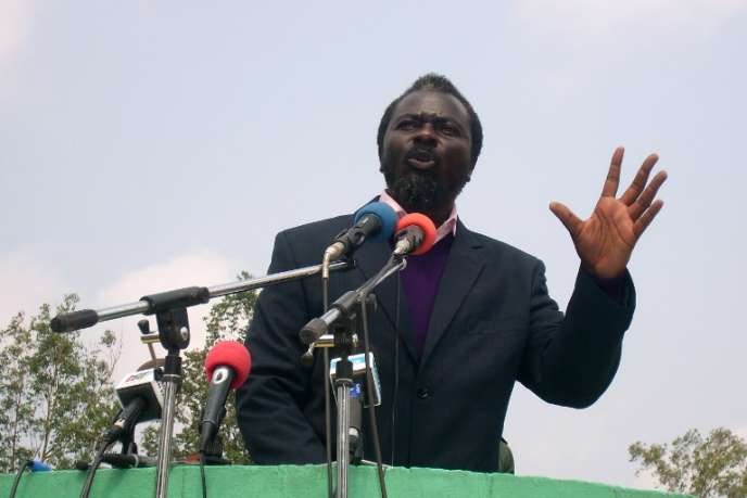Le chef rebelle Frederic Bintsamou, alias pasteur Ntumi, à Kinkala, au Congo, en juin 2008.
