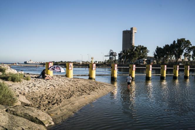 En installant une barrière de béton et d'acier le long de l'embouchure du fleuve Guadarranque, les autorités ont bloqué l'accès aux embarcadères destrafiquants.