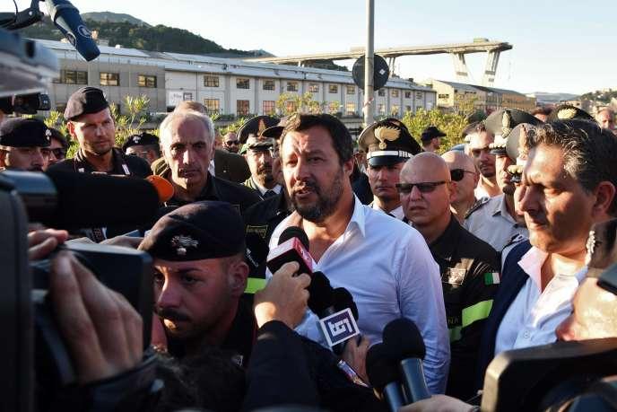 Le ministre de l'intérieur et leader de la Ligue, Matteo Salvini, le 15 août, à Gênes, où un pont autoroutier s'est effondré le 14 août.