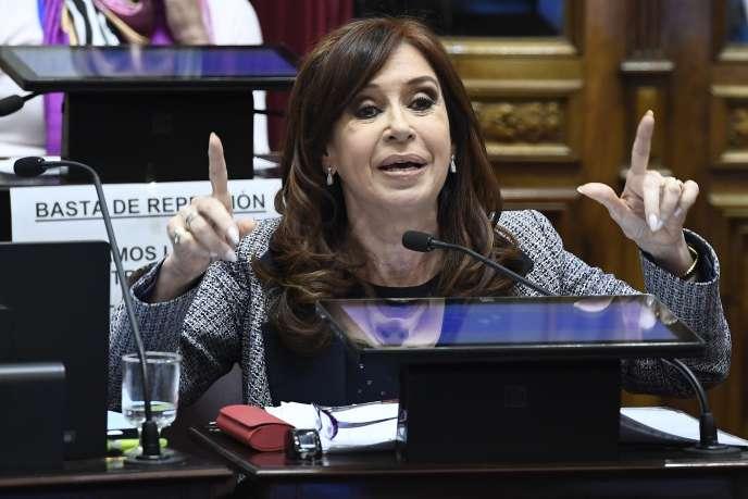 L'ancienne présidente argentine(2007-2015) et sénatrice Cristina Fernandez de Kirchner lors du vote au Sénat sur l'autorisation de perquisitions à son domicile, à Buenos Aires, le 22 août.