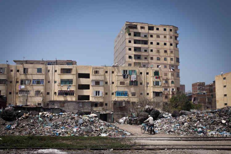 Un amas d'ordures le long du chemin de fer. Dans certains quartiers pauvres et délaissés par Nahdet Misr, les habitants n'ont parfois pas assez d'argent pour payer les chiffonniers et jettent directement leurs ordures par la fenêtre