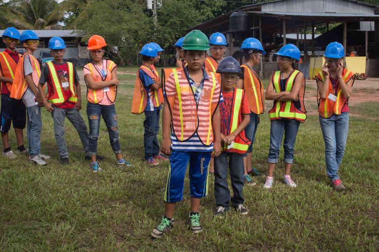 Pour gagner la confiance des habitants et s'implanter durablement dans la région de Cabanas, Pacific Rim a créé la Fondation El Dorado en 2005. Elle organise des animations pour les jeunes des communautés aux alentours de San Isidro: matches de foot, aide aux devoirs, cours d'anglais, cours d'informatique, etc. Elle perdure malgré la suspension de facto de toute activité minière décidée par le président Saca en 2008.